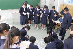 元素記号が書かれたカルタをグループで競いました!