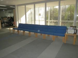 青いソファーで待ちましょう!